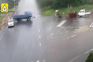 Người phụ nữ bị xe tải đâm khi băng qua đường đưa đồ cho con gái