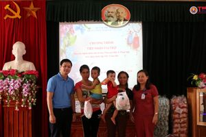 Phú Thọ: Mang Tết Trung thu đến sớm với bệnh nhi ở TTYT huyện Tân Sơn