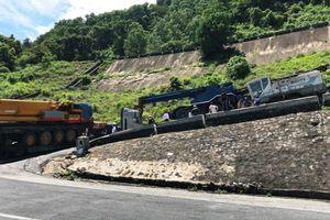 Giải cứu xe đầu kéo gặp nạn tại cua 'cùi chỏ' đèo Hải Vân