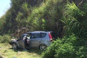 Phá cửa cứu người phụ nữ mắc kẹt trong xe con sau tai nạn