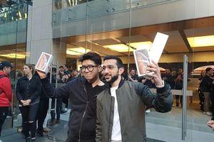 Những khách hàng đầu tiên cầm trên tay iPhone 2018