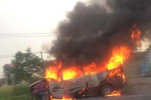 Tông vào dải phân cách, xe 16 chỗ bốc cháy ngùn ngụt trên quốc lộ