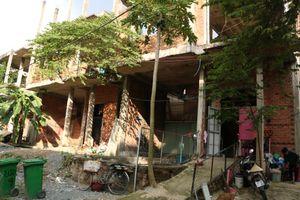 Dãy biệt thự bỏ hoang 10 năm giữa khu nhà giàu ở TP.HCM