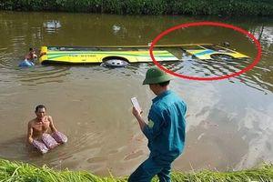 Clip: Xe khách lao xuống mương nước chìm nghỉm ở Hải Phòng