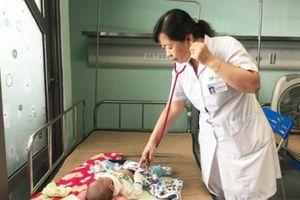 Chưa có thuốc điều trị, vi rút RSV dễ lây lan ở trẻ em dưới 2 tuổi