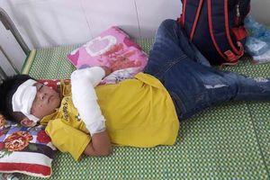 Điện thoại phát nổ khiến bé trai 7 tuổi dập nát bàn tay