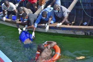 Ám ảnh với cảnh vớt xác người thiệt mạng trong vụ lật phà ở Tanzania