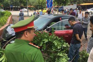 Vừa được trả xe, lái xe Mazda 3 tiếp tục náo loạn gây tai nạn trên đường