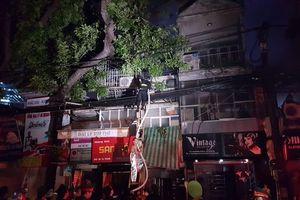 Lãnh đạo thành phố Hà Nội đề nghị chăm sóc tốt nhất cho bệnh nhi chưa liên lạc được với người thân sau vụ cháy