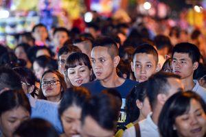 Hàng nghìn người đổ về phố cổ chơi Trung thu sớm