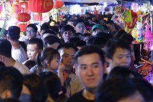 Giới trẻ chen chân chơi chợ Trung thu phố cổ