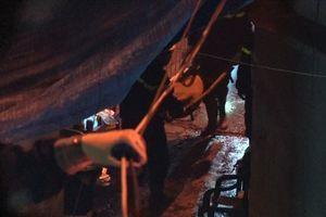 a thi thể nạn nhân ra khỏi hiện trường vụ cháy gần Viện Nhi TW