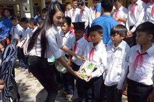 Người đẹp Đinh Phương Mỹ Duyên trao quà trung thu cho trẻ em vùng lũ
