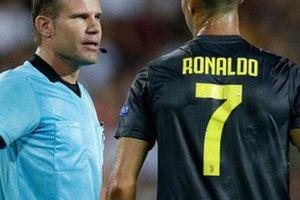 Càng ít người 'mắng' trọng tài Brych, cơ hội Ronaldo được 'tha' càng cao
