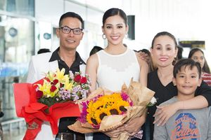 HH Trần Tiểu Vy hạnh phúc trong vòng tay gia đình khi về quê