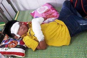 Điện thoại phát nổ lúc đang xạc pin, cháu bé 7 tuổi bị dập nát tay