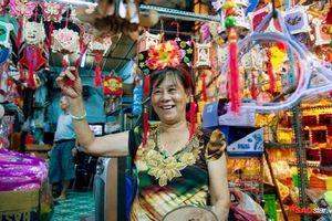 Thương lái ở phố lồng đèn Sài Gòn tươi cười trước cảnh buôn bán tấp nập: 'Không còn phải tự tay đốt lồng đèn như mọi năm nữa'