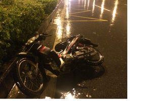 Tài xế xe máy tự đâm vào dải phân cách vì vừa chạy xe vừa ngoái lại chửi bới ô tô