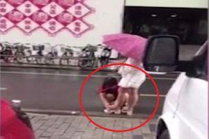 Video: Cô gái bắt mẹ lau giày cho mình giữa trời mưa khiến cộng đồng mạng bức xúc