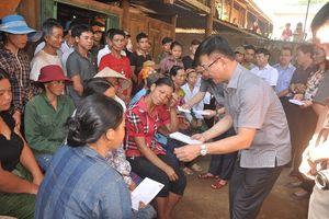 Bộ trưởng Bộ Tư pháp Lê Thành Long thăm, tặng quà nhân dân vùng lũ Mường Lát