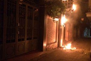 Hà Nội: Cột điện cháy nổ lúc nửa đêm, nhiều người hoảng sợ tháo chạy