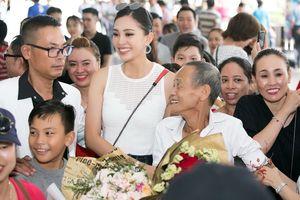 Hoa hậu Trần Tiểu Vy rưng rưng ngày trở về bên gia đình, người thân