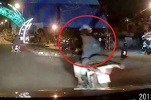 Clip: Chỉ tay dằn mặt tài xế ô tô, người đi xe máy lĩnh trái đắng