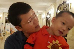 Con trai thiếu úy công an từ chối điều trị ung thư để giữ con xuất hiện đáng yêu trên sân khấu