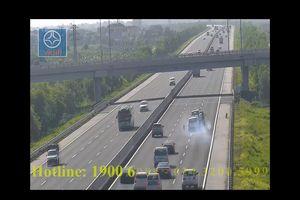 Clip: Xe cứu hộ bất ngờ nổ lốp văng hai bánh trên cao tốc Hà Nội - Hải Phòng