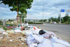Bãi tập kết rác trái phép dưới chân cầu vượt ngã ba Huế (Đà Nẵng)
