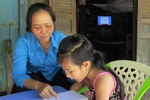Cô giáo nâng bước trò nhỏ khiếm khuyết tứ chi đến trường