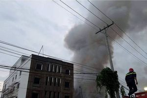 Cháy xưởng sản xuất chổi, khói đen bao trùm khu dân cư