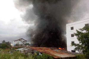 Cháy xưởng sản xuất cây lau nhà, ngọn lửa bao trùm trên tuyến phố Sài Gòn