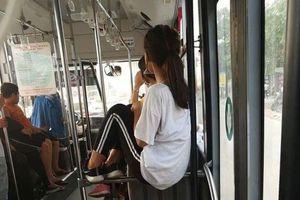 Nóng mắt với hình ảnh cô gái có tư thế ngồi khó đỡ trên xe buýt đông hành khách