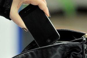 Lấy trộm cả điện thoại của bạn thân nhất vì nghiện ăn cắp vặt