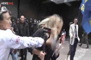 Nữ phóng viên bị ném trứng, đánh vào mặt trên sóng trực tiếp
