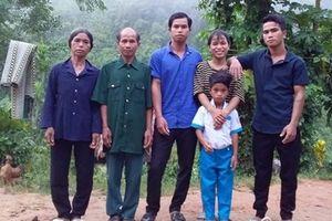 Những gia đình người dân tộc nghèo khó vẫn không để con cái bỏ học