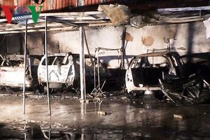 Cháy ga ra trong đêm ở Đà Nẵng, 4 ô tô bị thiêu trụi