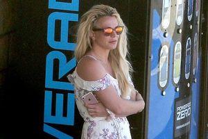 Britney Spears buồn bã tháo nhẫn đính hôn, lẻ loi đứng một mình