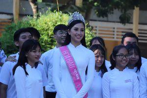 Hoa hậu Trần Tiểu Vy về trường cũ tặng 20 suất quà cho học sinh có thành tích xuât sắc