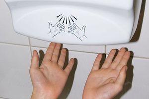 Dùng máy sấy tay dính ngay vi khuẩn