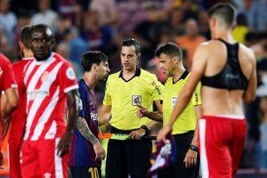 Messi càu nhàu trong phòng thay đồ vì trọng tài đuổi đồng đội