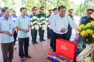 Bí thư Tỉnh ủy Quảng Trị viếng các liệt sĩ vừa được quy tập