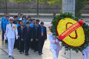 Đoàn Chủ tịch Tổng LĐLĐVN và đại biểu dự Đại hội Công đoàn viếng Chủ tịch Hồ Chí Minh, dâng hương tưởng niệm các Anh hùng liệt sĩ