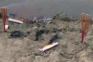 Thầy cúng làm lễ cho bé đuối nước bị trượt chân chết