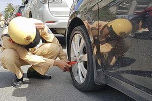 Cảnh sát khóa bánh hàng loạt ô tô ở Nha Trang vì đỗ sai quy định