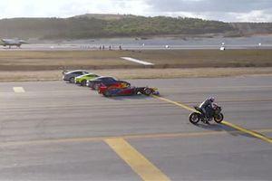 Siêu mô tô 'vượt mặt' chiến đấu cơ trong lễ hội hàng không