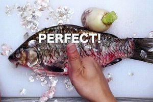 Chỉ dùng củ cải 'đánh' vảy cá hết veo