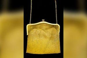 Ngỡ ngàng khi nhặt được túi xách cũ bằng vàng trong nhà kho