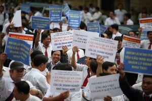 Hàng trăm tài xế Vinasun giăng biểu ngữ, khẩu hiệu tại phiên xử 'Vinasun kiện Grab'